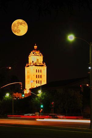 Der Vollmond, der �ber Beverly Hillsrathaus in Los Angeles Kalifornien, als Tr�ger steigt, streifen vorbei auf Santa Monica Prachtstra�e.