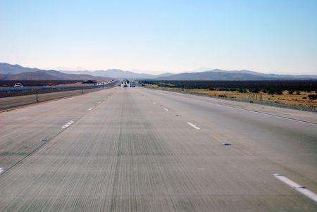 Interstate 15 Richtung Westen aus Las Vegas, Nevada nach Los Angeles, Kalifornien, USA.  Lizenzfreie Bilder