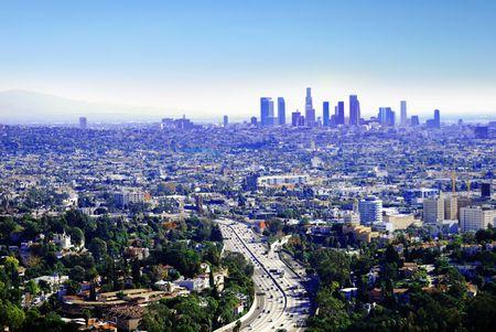 woonwijk: De reden dat mensen leven in Californië is voor de grote weersomstandigheden. Hier is een koele, heldere dag in Los Angeles. Stockfoto