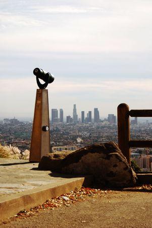 Teleskop vor und zeigt auf der Innenstadt von Los Angeles, Kalifornien von einem Vista.  Lizenzfreie Bilder