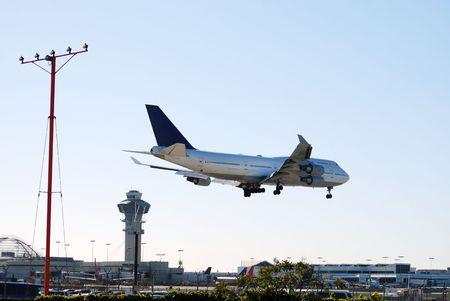 Eine gro�e Verkehrsflugzeug mit Gesch�fts-und Urlaubsreisende landet in Los Angeles, Kalifornien, f�r die anderen auf Zeit Ankunft.