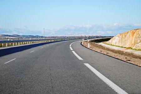 mediaan: Rijden op snelweg A6 als krommen weg uit Madrid, Spanje.