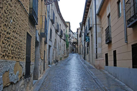 Narrow cobblestone alley winding its way to the Alcazar castle in Segovia, Spain, Europe. 免版税图像