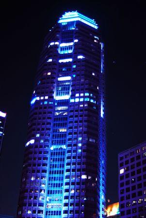 Korporatives Geb�ude oben beleuchtet nachts mit einem blauen abget�nten Licht.