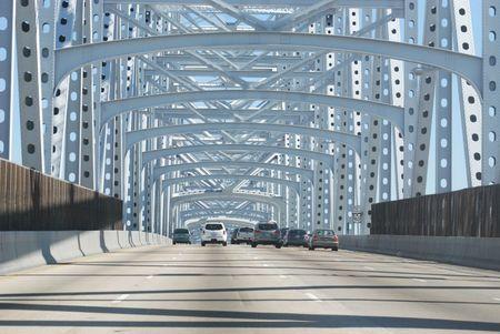 Auto-Verkehr fahren �ber den Mississippi River Bridge in New Orleans, Louisiana. Lizenzfreie Bilder