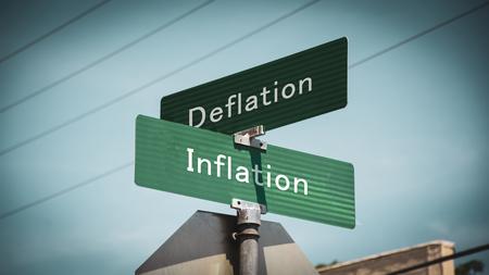 Segnale stradale la direzione verso l'inflazione contro la deflazione