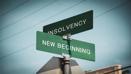 Segnale stradale la direzione verso il NUOVO INIZIO contro INSOLVENZA