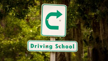 Street Sign the Direction Way to DRIVING SCHOOL Imagens
