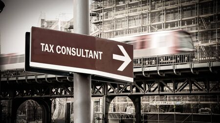Street Sign the Direction Way to TAX CONSULTANT Banque d'images - 128905975