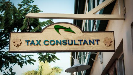Street Sign the Direction Way to TAX CONSULTANT Banque d'images - 129323594