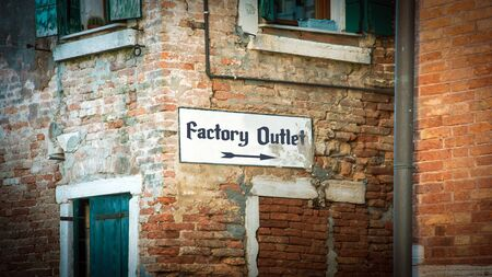 Street Sign the Direction Way to FACTORY OUTLET Imagens