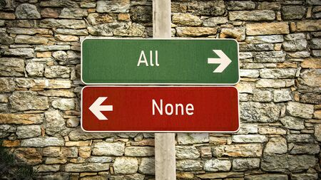 Segnale stradale la direzione verso tutti contro nessuno