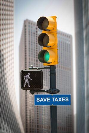 Straßenschild die Richtung, um Steuern zu sparen Standard-Bild