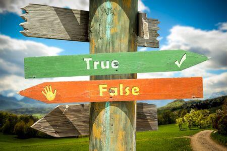Plaque de rue le chemin vers le vrai par rapport au faux Banque d'images