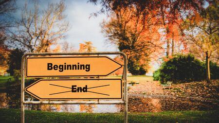 Straßenschild Richtung Weg zum Anfang versus Ende Standard-Bild