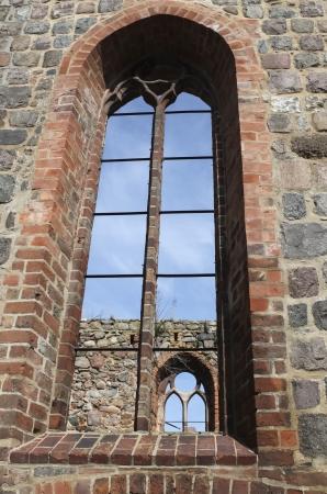 window church: Vecchia finestra della chiesa in chiesa in rovina Editoriali