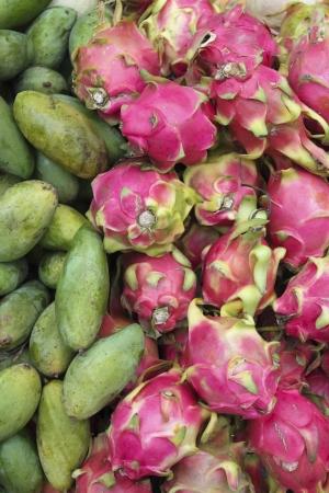 Fruta del drag�n y el mango en el mercado en Camboya Foto de archivo - 19430752