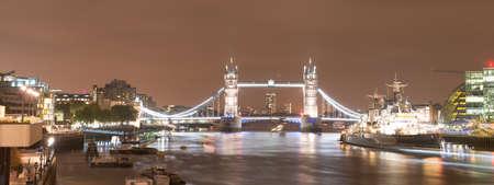 tower bridge at night on the Thames in London, UK 免版税图像