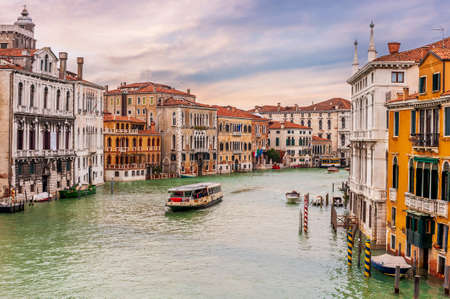 Traffic on the Grand Canal in Venice in Veneto, Italy 免版税图像