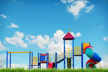 niños en recreo: parque infantil en el cielo azul del verano