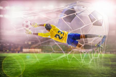 portero de futbol: portero de f�tbol volar a coge el bal�n en el estadio