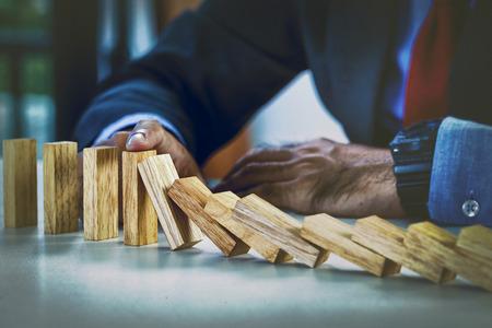 derrumbe: hombre de negocios de detener el efecto dominó, detener la pérdida concepto