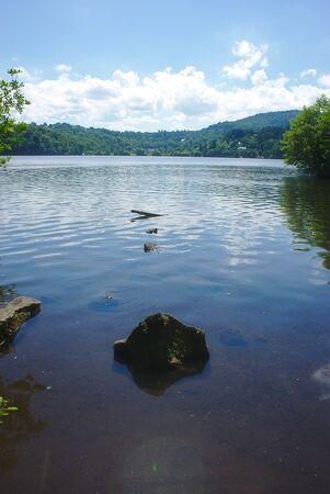 Lake Aydat, Auvergne, Puy-de-Dome 版權商用圖片 - 124989293