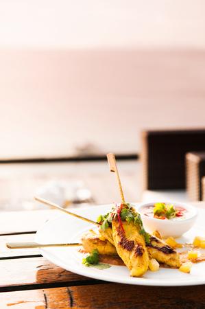 Pollo Satay o pollo allo spiedo malese con salsa di arachidi. Archivio Fotografico - 82440278