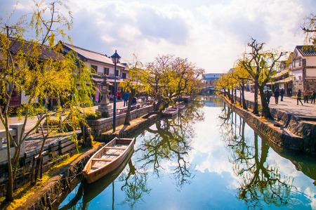 Boot in het oude kanaal van Kurashiki, Okayama, Japan. Stockfoto