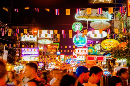 カオサン通り、バンコクの夜のシーン。活気に満ちたカラフルな LED サイネージと観光。2008 年 2 月 9 日に撮った写真 報道画像