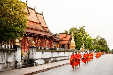 6 september 2011 Luang Prabang, Laos: traditionele aalmoes die ceremonie geeft voor het uitdelen van voedsel aan boeddhistische monniken op straat Redactioneel