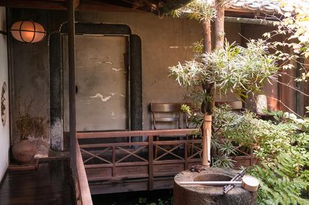 2011 年 11 月 1 日奈良県: 古い日本家屋と竹水の噴水