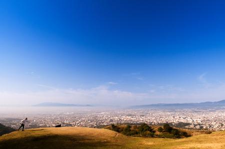 2011 年 11 月 1 日奈良県: 都市に若草山、奈良の神聖な山と最高の景色で早朝に地元の人々 を指します。 報道画像