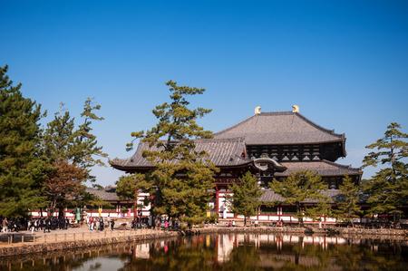2011 年 10 月 30 日奈良県: メインホールの東大寺の正門の前の池からの眺め。