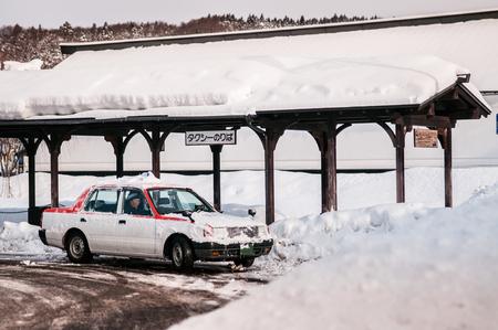 2014 年 1 月 22 日秋田県: 日本タクシー角館駅、冬の時に乗客を待っています。