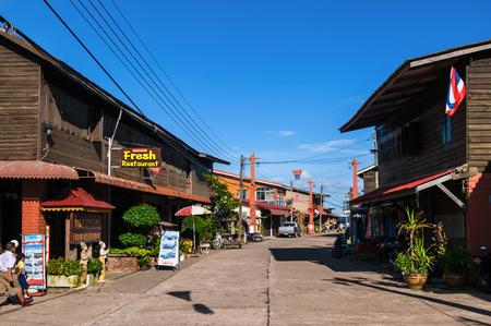 20 MEI, 2014 Koh Lanta, Thailand: Koh Lanta-Stad, Koh Lanta oud stadsblokhuis langs de straat in vissersdorp