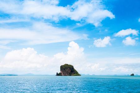 Kleine Felseninsel nahe Koh Lanta, Krabi am klaren Tag des blauen Himmels, ruhiges Andaman-Meer in Thailand Standard-Bild