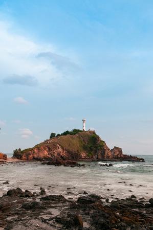 灯台とタノート岩の多いビーチで夜の岬、ランタ島、クラビ、タイ