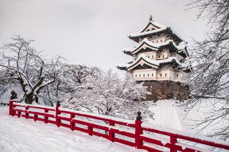 白い弘前城とその赤い橋冬の半ばにシーズン、青森県東北 報道画像