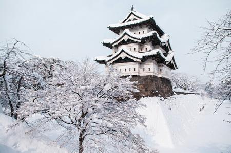 冬、雪に覆われた美しい、青森、東北地方全域で弘前城の建築