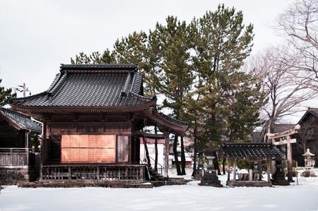 冬の雪の中のヴィンテージ古い日本の神社、酒田日京総工、山形鉱石