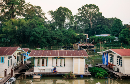 MAR 1, 2018 Uthaithani - Thailand : Traditional vinatge local floating house or raft house in river Stockfoto - 97411291