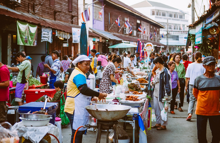 MAR 2, 2018 Uthaithani, THAILAND : Lively Local Thailand street food vintage old market, many buyers, sellers Фото со стока - 98238829