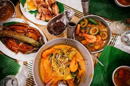 Maaltijdset van verschillende traditionele Filippijnse gerechten, Pakbet, lechon kawali, Bale Dutung. Bovenaanzicht