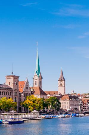 beautiful Limmat river, old medieval Fraumunster Church and St. Peter Pfarrhaus Church in Zurich Old town Altstadt Stockfoto