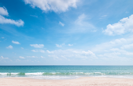 Lato na plaży Bakantiang na Koh Lanta z czystym, błękitnym niebem i chmurami - Krabi, Tajlandia