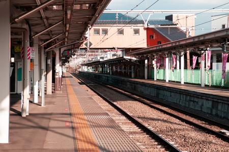 Oysuki, Japan - NOV 30, 2018 : Empty Japan Otsuki train station platform under sunlight in winter. Interchange station between JR and Fujikyu - Fuji Tozan Densha line. Редакционное