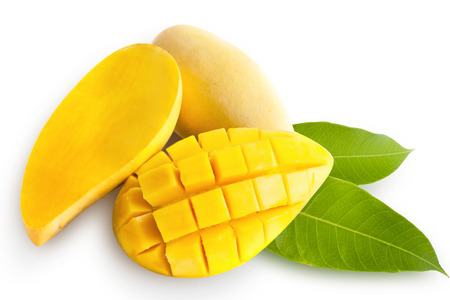 sappen: Gele mango geïsoleerd op witte achtergrond