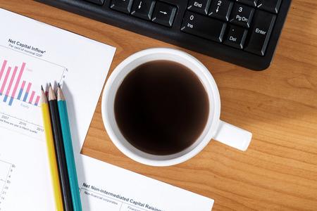 teclado numerico: Escritorio de oficina con la taza de café