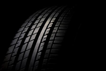 黒い背景に車のタイヤのクローズ アップ